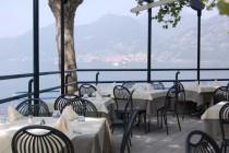 I tavoli in terrazza con la vista del lago d'Iseo